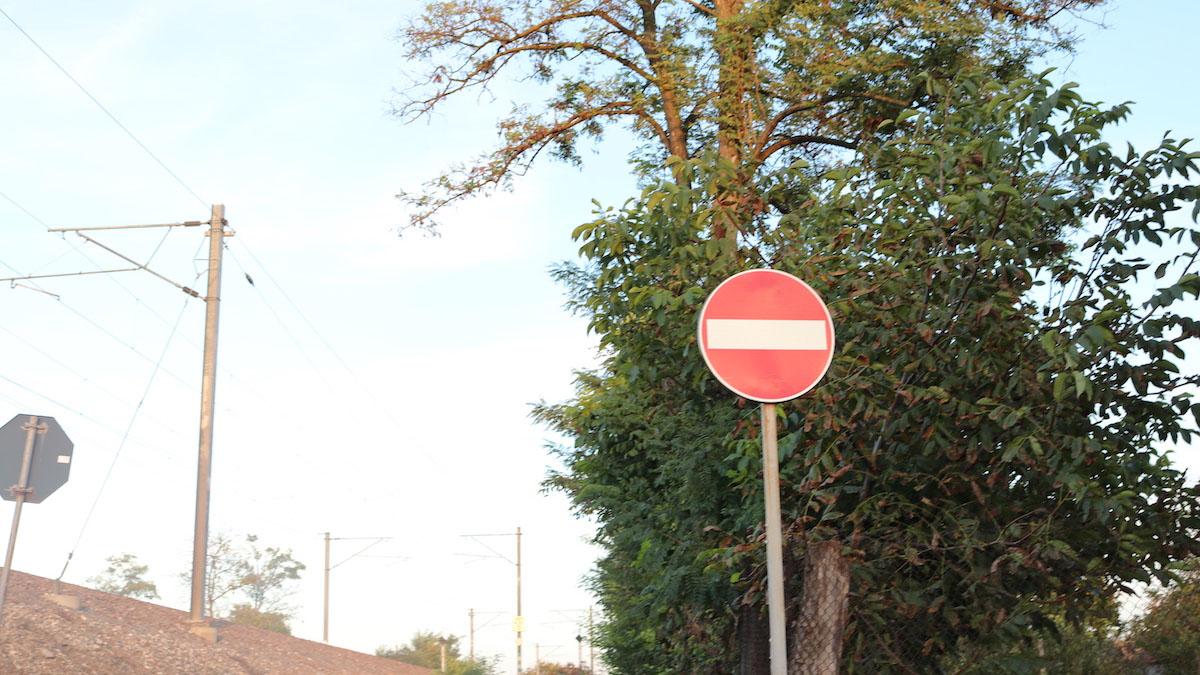 Sens interzis pe o stradă din Valu lui Traian. FOTO Adrian Boioglu / Valureni.ro
