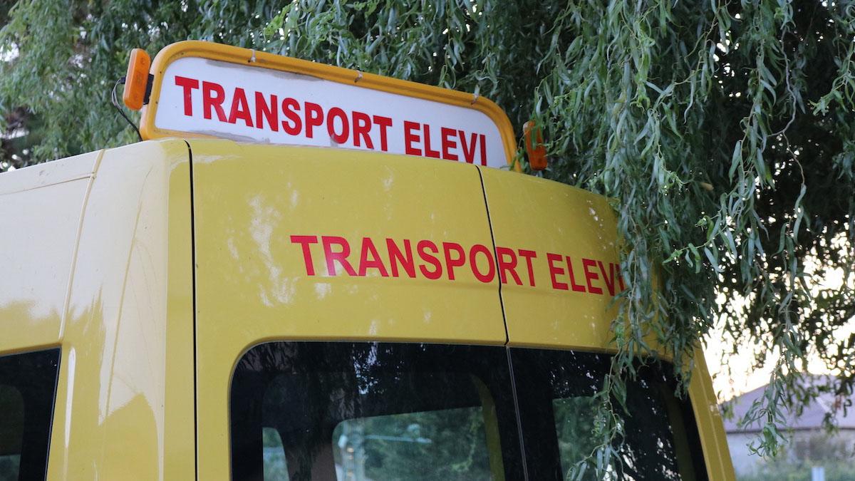 Microbuz de transport elevi în Valu lui Traian. FOTO Adrian Boioglu / Valureni.ro