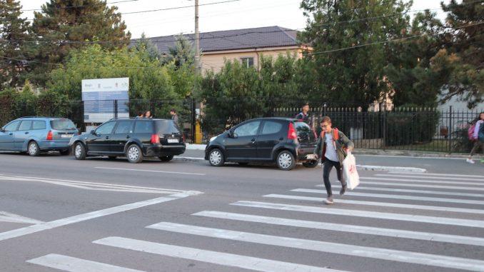 Trecere de pietoni lângă Școala din Valu lui Traian. FOTO Adrian Boioglu / Valureni.ro