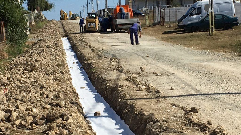 Pregătiri pentru asfaltare pe Aleea Eliberării din Valu lui Traian. FOTO Adrian Boioglu / Valureni.ro
