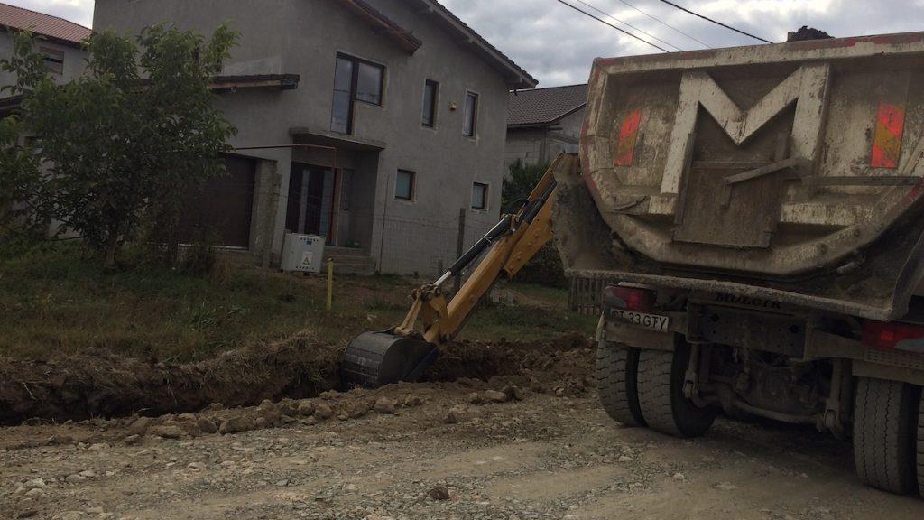 Pregătiri pentru asfaltare pe Aleea Eliberării din Valu lui Traian. FOTO Liliana Boioglu
