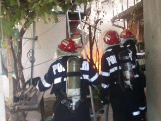 Pompierii au intervenit pentru stingerea incendiului. FOTO Arhivă