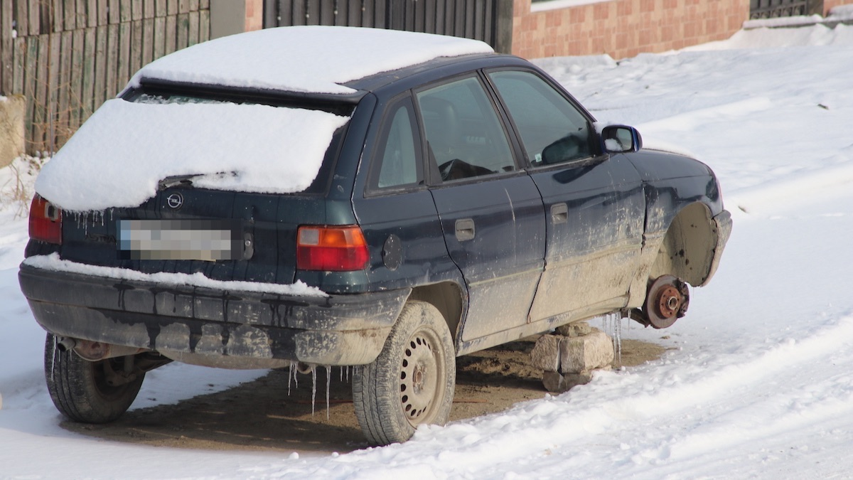 Mașinile abandonate îți aduc amenzi și la Valu lui Traian. FOTO Adrian Boioglu / Valureni.ro