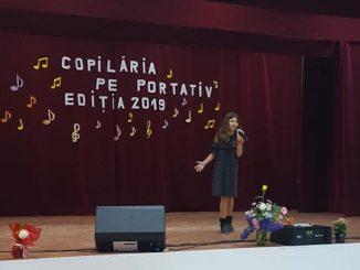 """Concurentă la festivalul - concurs """"Copilăria pe portativ"""". FOTO Lavinia Robe"""