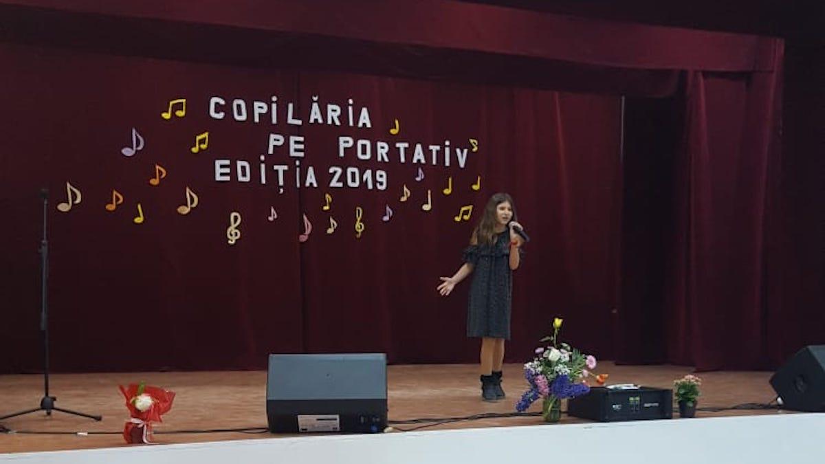 """Concurentă la festivalul – concurs """"Copilăria pe portativ"""". FOTO Lavinia Robe"""