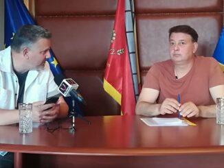 Primarul Florin Mitroi și jurnalistul Adrian Boioglu. FOTO Valureni.ro / Paul Alexe