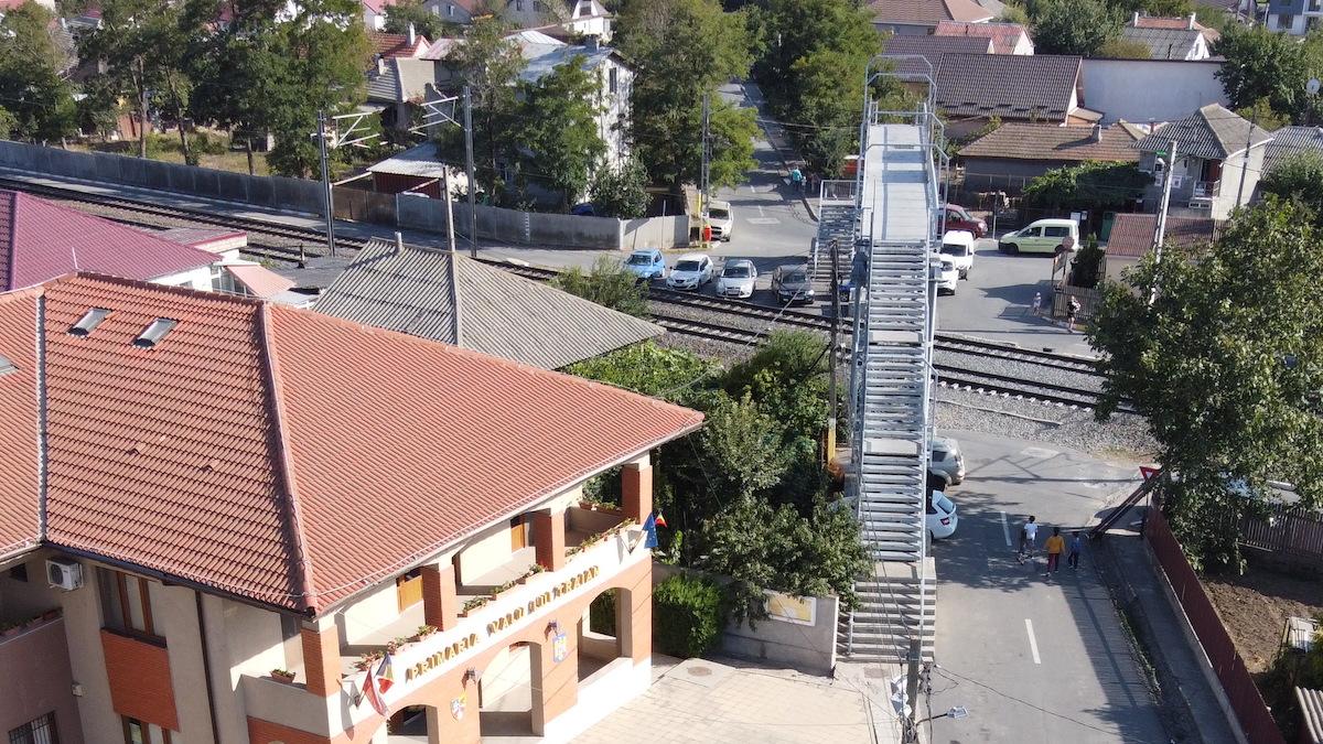 Pasarela peste calea ferată din Valu lui Traian. FOTO Adrian Boioglu